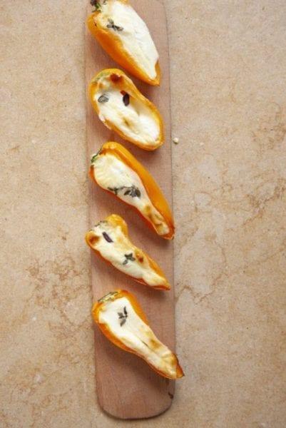 חצאי פלפלים במילוי גבינה