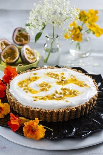 טארט גבינה אפוי עם פסיפלורה, גרנולה ויוגורט