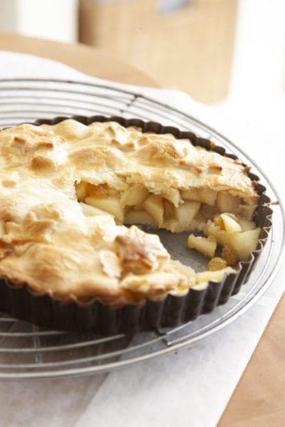 טארט תפוחים אפוי מכוסה בבצק