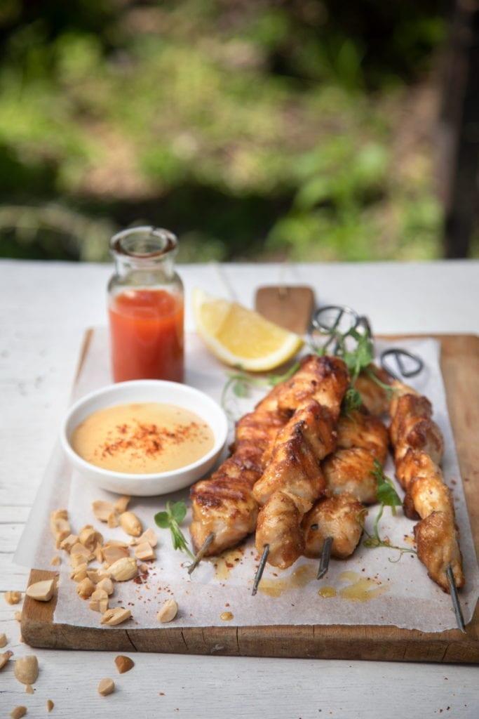 שיפודי עוף במרינדת חמאת בוטנים