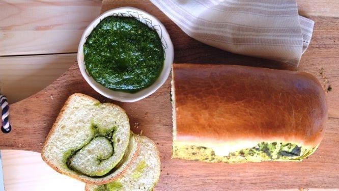 לחם בריוש במילוי פסטו