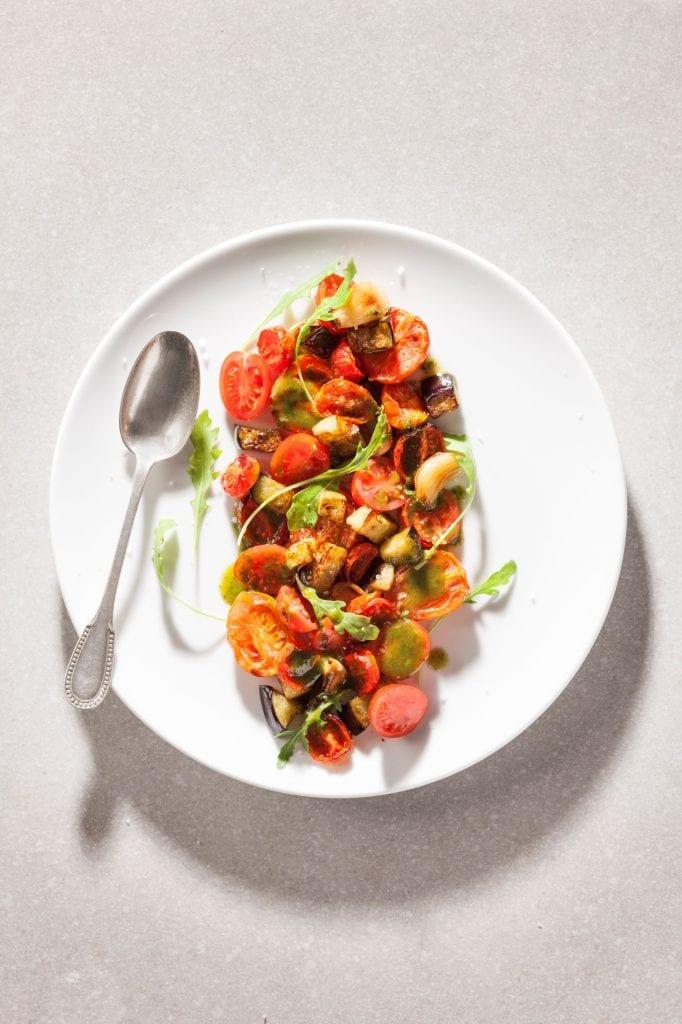 סלט עגבניות צרובות וחצילים