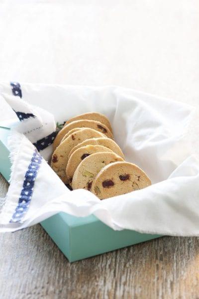 עוגיות חמאה אגוזי מלך וחמוציות