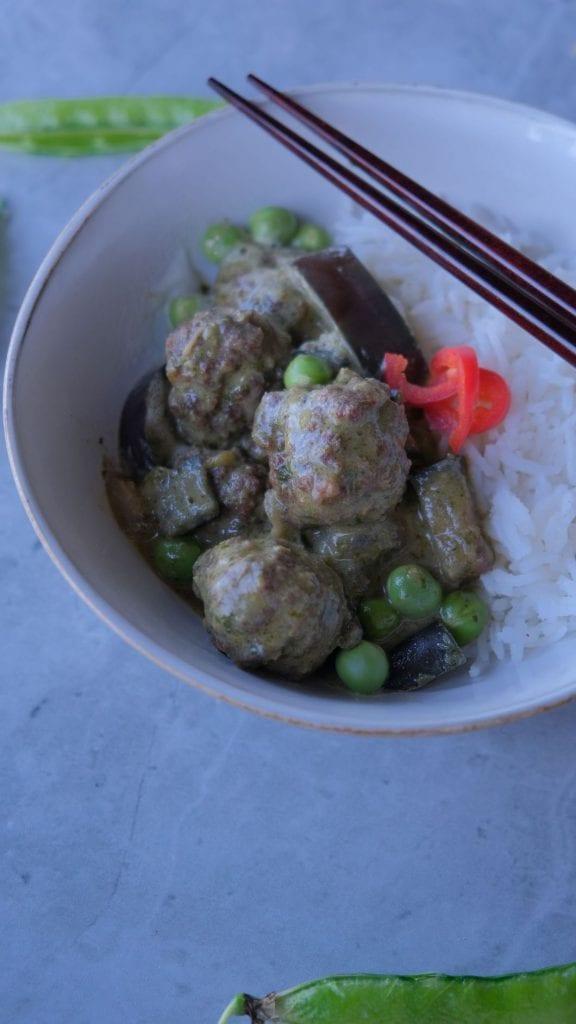 תבשיל קארי ירוק כדורי בשר וחצילים