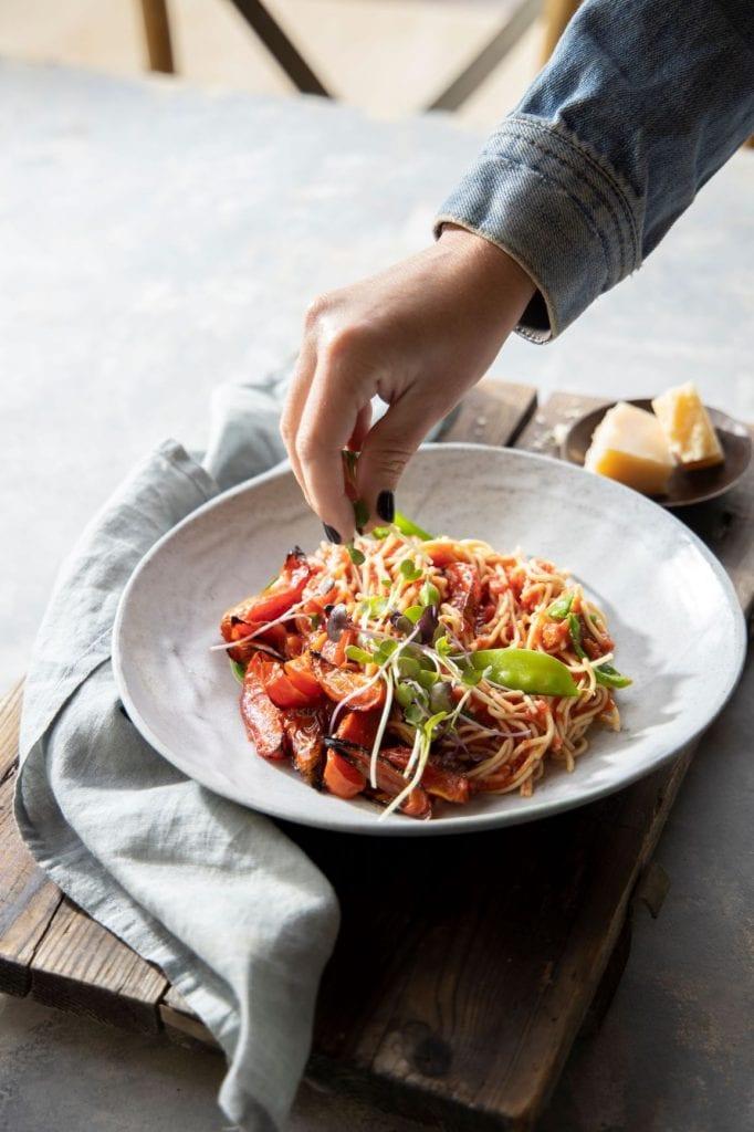 פסטה בסיר אחד עם רוטב עגבניות צרובות
