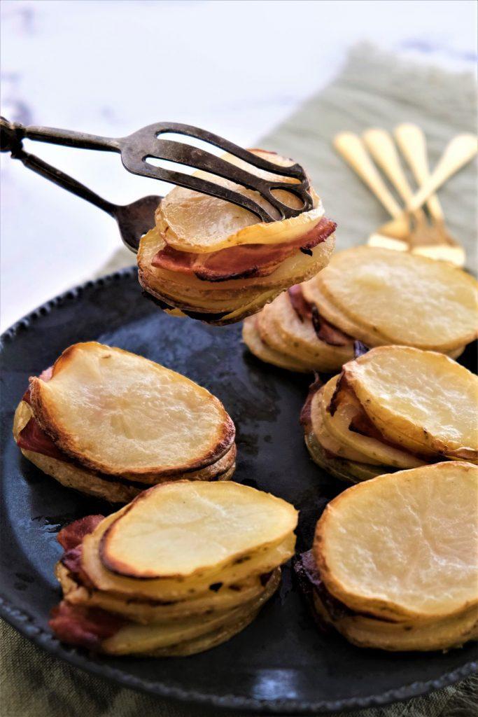 מגדל תפוחי אדמה אפויים עם חזה אווז מעושן